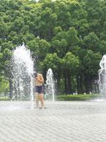 噴水で遊ぶ日本人の男の子