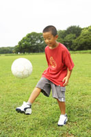 サッカーボールで遊ぶ日本人の男の子