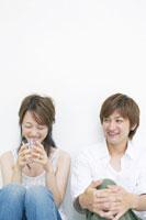 日本人20代男女 02336000287| 写真素材・ストックフォト・画像・イラスト素材|アマナイメージズ