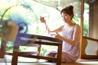 そうめんを食べる日本人20代女性