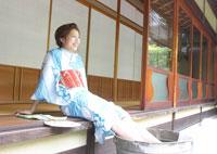 タライで足を冷やす浴衣姿の女性