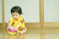 紙風船で遊ぶ浴衣姿の赤ちゃん 02336000471| 写真素材・ストックフォト・画像・イラスト素材|アマナイメージズ