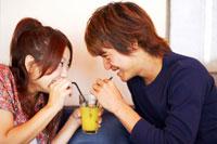 ジュースを飲む日本人20代カップル