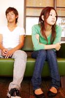 ソファに座っている日本人20代カップル