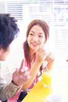 カフェにいる日本人20代カップル 02336000570| 写真素材・ストックフォト・画像・イラスト素材|アマナイメージズ