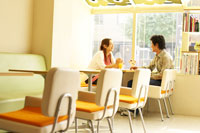 カフェにいる日本人20代カップル 02336000571| 写真素材・ストックフォト・画像・イラスト素材|アマナイメージズ