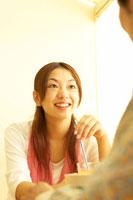 カフェにいる日本人20代カップル