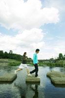 飛び石を渡る日本人20代カップル
