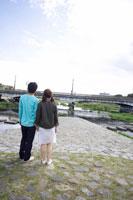 河原に立つ日本人20代カップル