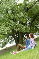 土手に座る日本人20代カップル