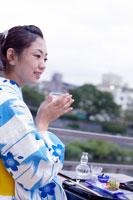日本酒を飲む浴衣姿の日本人女性 02336000609| 写真素材・ストックフォト・画像・イラスト素材|アマナイメージズ