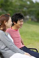 ベンチに座る日本人20代カップル