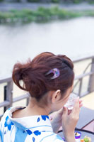 日本酒を飲む浴衣姿の日本人女性