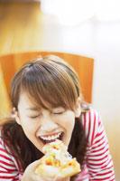 ピザを食べる日本人20代女性