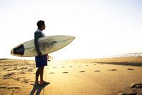 サーフボードを持っている男性