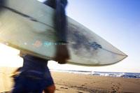 サーフボードを持っている男性 02336000689| 写真素材・ストックフォト・画像・イラスト素材|アマナイメージズ