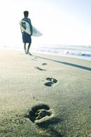 サーフボードを持っている男性 02336000691| 写真素材・ストックフォト・画像・イラスト素材|アマナイメージズ
