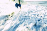 サーフボードを持っている男性 02336000692| 写真素材・ストックフォト・画像・イラスト素材|アマナイメージズ