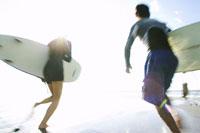 サーフィンをする日本人カップル