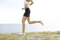 砂浜をランニングをする日本人女性 02336000727| 写真素材・ストックフォト・画像・イラスト素材|アマナイメージズ
