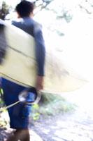 サーフィンボードを持っている男性