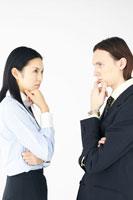 スーツ姿の外国人男性と日本人女性