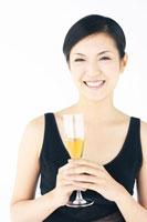 シャンパンを持っている日本人女性