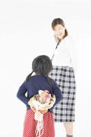 お母さんに花束を渡す女の子