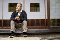 縁側でお茶を飲むシニア男性 02336000866| 写真素材・ストックフォト・画像・イラスト素材|アマナイメージズ