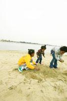 砂浜で遊ぶハーフの兄弟
