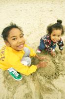 砂浜で遊ぶハーフの兄弟 02336000941| 写真素材・ストックフォト・画像・イラスト素材|アマナイメージズ