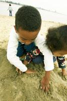 砂浜で遊ぶハーフの兄弟 02336000942| 写真素材・ストックフォト・画像・イラスト素材|アマナイメージズ