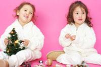 クリスマスツリーと双子の女の子