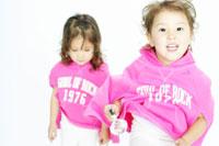 双子の女の子 02336000971| 写真素材・ストックフォト・画像・イラスト素材|アマナイメージズ
