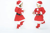 サンタの衣装を着た双子の女の子
