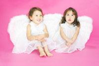 天使の羽を付けた双子の女の子