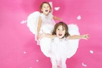 天使の羽を付けた双子