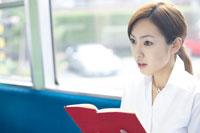 電車で本を読む女性 02336001061| 写真素材・ストックフォト・画像・イラスト素材|アマナイメージズ
