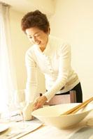 食事の準備をする50代の女性