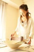 食事の準備をする20代の女性