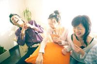 パーティーでトランプをする若者たち