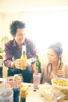 パーティーでお酒を飲む男性と女性