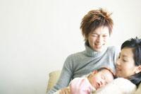赤ん坊を抱く夫婦