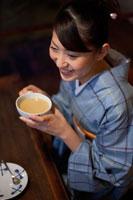 カフェでお茶を飲む和服の女性