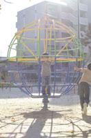 公園で遊ぶ兄弟 02336001241| 写真素材・ストックフォト・画像・イラスト素材|アマナイメージズ