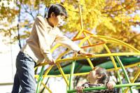 公園で遊ぶ兄弟 02336001242| 写真素材・ストックフォト・画像・イラスト素材|アマナイメージズ