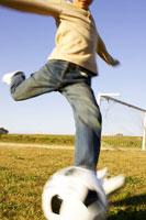 サッカーボールを蹴る男の子 02336001246| 写真素材・ストックフォト・画像・イラスト素材|アマナイメージズ
