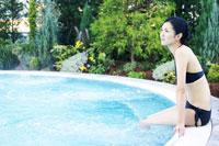 スパの屋外プールにいる女性