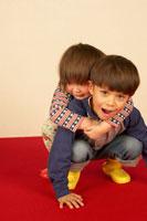 じゃれる兄妹 02336001356| 写真素材・ストックフォト・画像・イラスト素材|アマナイメージズ