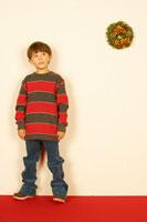 クリスマスリースと男の子